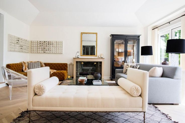 Nate Berkus really knows how to use black lamp shades in a room. O and this room is gorgeous!