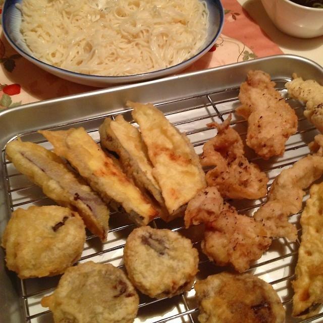昼ごはんは素麺です❤ 天ぷらも揚げてみた(((o(*゚▽゚*)o))) 豚肉、茄子、椎茸 海老が無かったのは残念やけど美味しくてお腹いぱーい - 36件のもぐもぐ - 天ぷら、素麺 by miechan0516