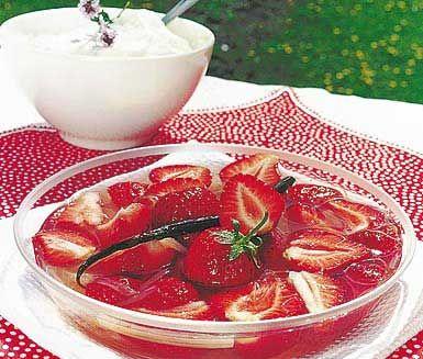 Recept: Kall sommarsoppa med rabarber och jordgubbar