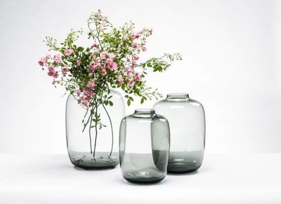 De elegantebulb vaas staat goed in zowel een klassiek als modern interieur. Ook zonder boeket is deze vaas een mooi object. Bloemen en takken zijn gemakkelijk zelf te schikken dankzij de smalle hals. Deze vaas is beschikbaar in 3 formaten in een mooi grijze smoke kleur.