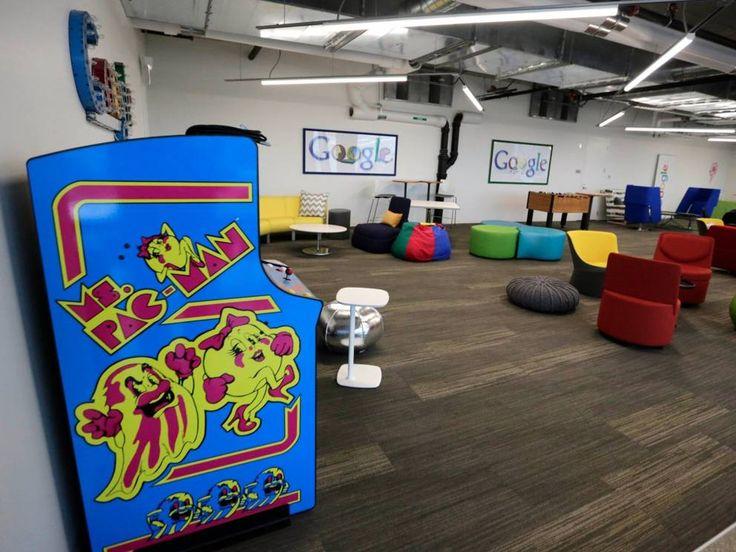 Per i dipendenti che hanno bisogno di rilassarsi, l'ufficio di Chicago di Google offre biliardino e giochi di società (Ap) #architecture #office #design furniture #futurism #creative