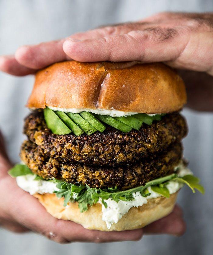 Nesta receita, você vai aprender a fazer um hambúrguer delicioso de abobrinha com alho, quinoa e queijo feta. O resultado é bem crocante e bem diferente de muitos que você já experimentou até hoje. Bora lá aprender como faz?
