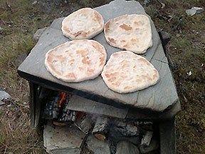 Även du som inte har tillgång till en så här fin häll kan lätt fixa dessa smarriga samiska hällbröd, eller gahkko som de också kallas. Receptet kommer ifrån programmet Meny. Foto: Elaine Asp.