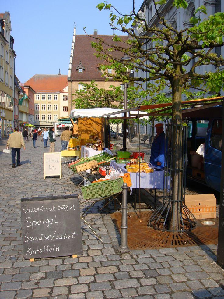 Wochenmarkt, Marktstände in Ansbach vor der Gumbertuskirche Martin-Luther-Platz