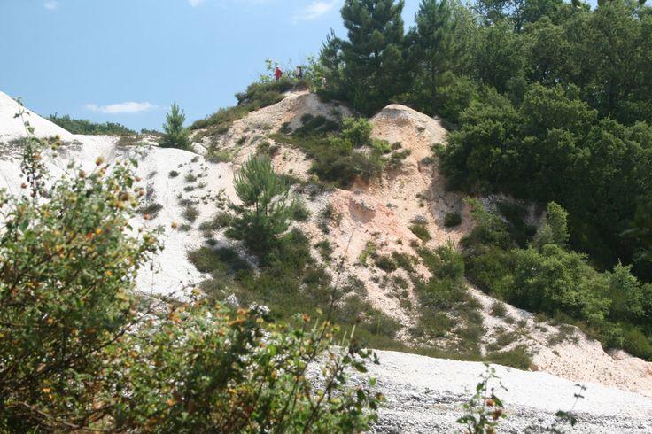"""Il parco naturalistico delle #Biancane è un'area naturale in cui sono ubicate le caratteristiche """"biancane"""" nei pressi del centro di Monterotondo Marittimo (GR). Il nome deriva dal colore bianco delle rocce che caratterizza tutto il paesaggio, infatti, le emissioni di idrogeno solforato causano una reazione chimica con il calcare trasformandolo in gesso. Il nostro racconto qui : http://ow.ly/DpgZP"""