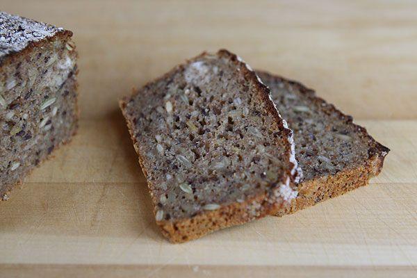 Det här rågbrödet är riktigt gott, det blir väldigt saftigt och har mycket smak. Till och med Algot som brukar vara lite kinkig med frön äte...