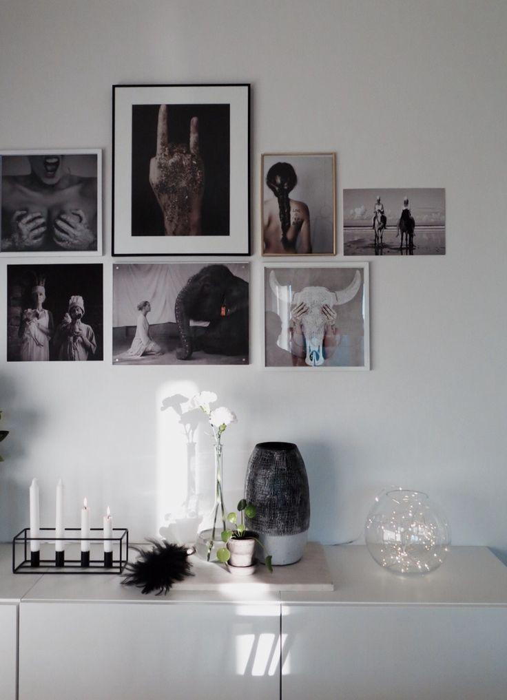 Vardagsrummet. Tavelvägg med fotografier från Love Warriors.