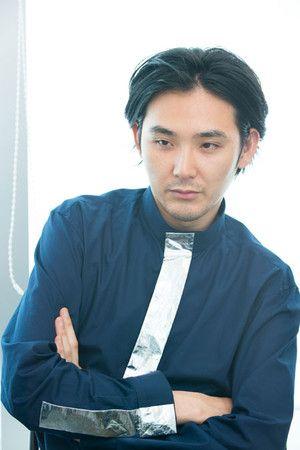 腕組みをする松田龍平。