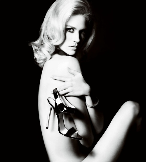 January Jones by Mario Testino for Versace Accessoires Campaign (Spring/Summer 2011)