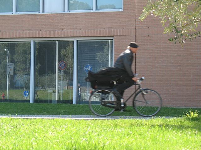 Don Matteo al Campus Bio-Medico: Terence Hill in uno dei suoi celebri arrivi in bicicletta.