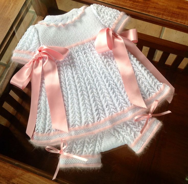 Amazing lace and honeycomb work, although I would go with smaller bows and, although it looks great, for a sensitive skinned baby angora may be too ticklish. ~~ Laetiquetadelana Tutoriales by Rosa Merino