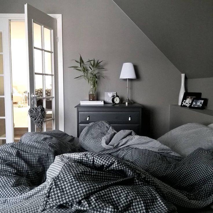 Harmaat ja mustat pinnat tuovat rauhallista mystiikkaa makuuhuoneen sisustukseen