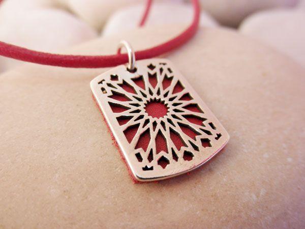 Colgante artesanal de plata recreando los patrones geometricos tradicionales de la ceramica  y artesonados andalusíes. Hecho en Granada, Andalucia. El colgante mide 2,50 cm. de alto y 1,50 cm. de ancho. El cordon de cuero con cierre de plata mide 43 cm. de largo. Precio 25e