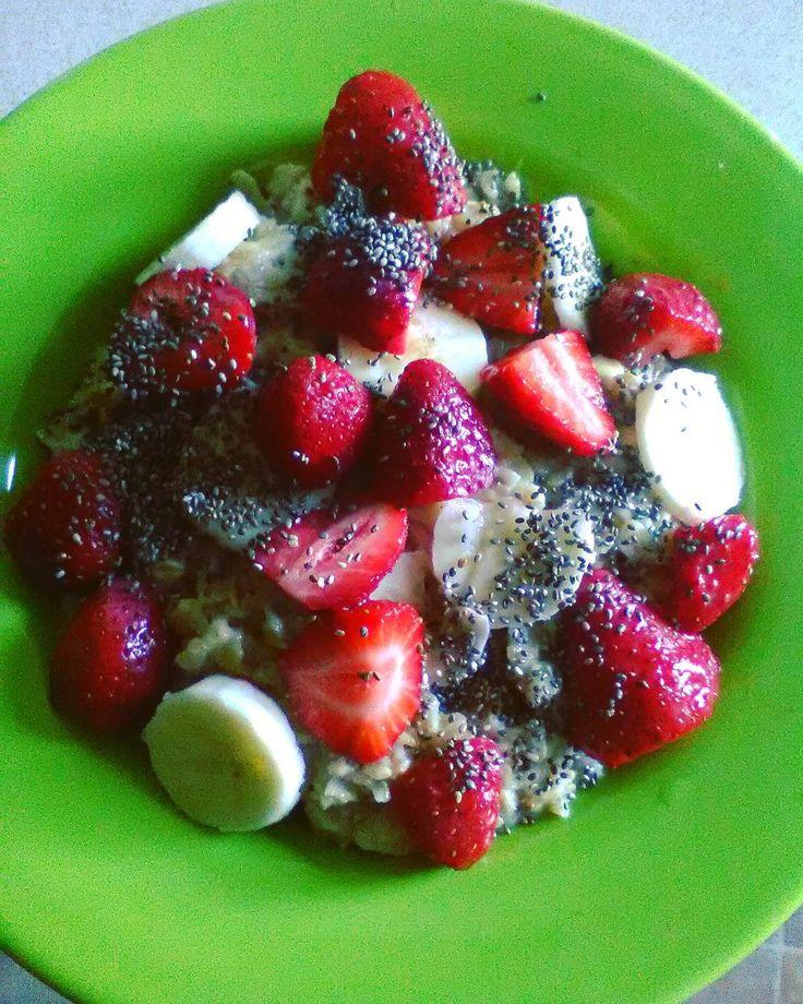 pani owsianka z chia bananem i truskawkami zawitała na śniadanie. teraz się ogarnąć i sio znów na szkolenie . dziś znów zapowiada się piękny dzień . miłego dnia!!   #breakfast #sniadanie #owsianka #porridge #fruits #truskawki #banan #chia #nasionachia #czystamicha #eatclean #redukcja #jemzdrowo #zdrowonieznaczynudno #motywacja #motivation #gotofit #fitgirl #healthyfood #healthybreakfast #healthylifestyle #food #foodporn #fitmotivation #foodstagram #photooftheday #instaphoto #instalike #l4l…