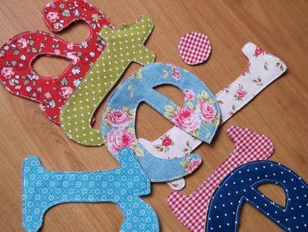 Tuto lettre en tissu. Thermocoller tissu et feutrine, dessiner les lettres sur l'envers, les coudre puis les découper.