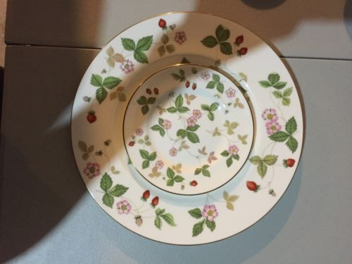 Wedgwood Wild Strawberry Dinner Plate Bu0026B and Small Oval Trinket Dish. $25.00/3 & 281 best Dinnerware: China V - Z images on Pinterest | Cutlery ...