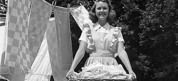 Πώς φεύγουν οι «κιτρινίλες» από το σίδερο; Πώς καθαρίζει το μανό από τα ρούχα; Οι γιαγιάδες μας έχουν τις απαντήσεις.