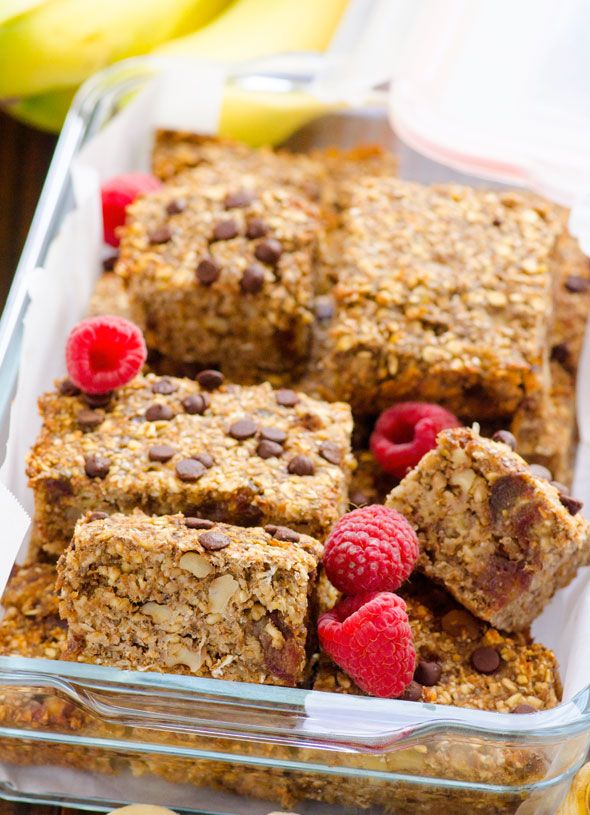 Clean Baked Banana Nut Oatmeal Bars -- Naturally sweetened with bananas and dried fruit freezer friendly breakfast on the go. Gluten free and vegan too. #cleaneating