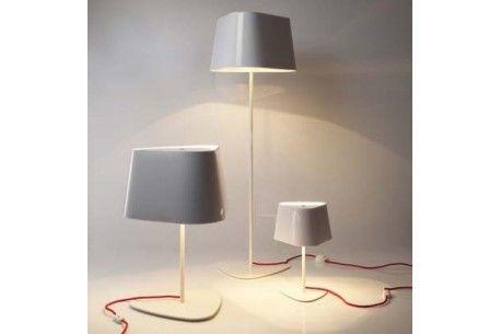 Veiozele din imagine sunt recomandarea Atas Lighting pentru interioare care respiră design și tinerețe. Ele au un cablu cu înveliș textil și abajururi în diferite variante de culoare.