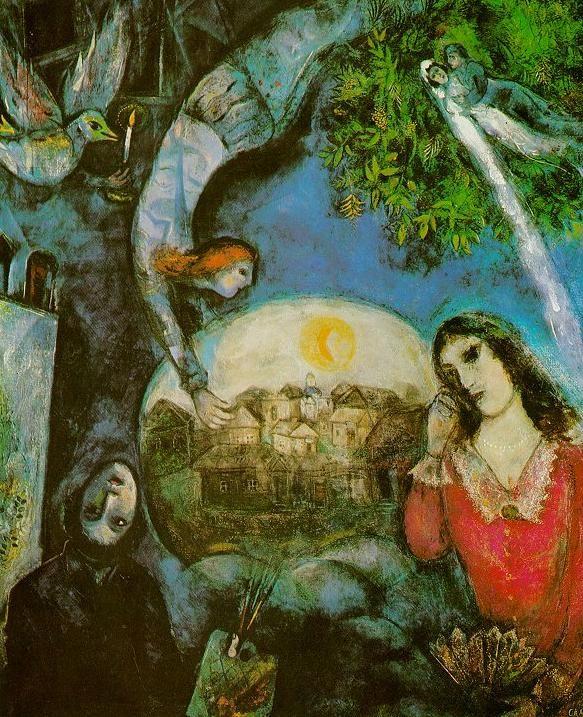 마르크 샤갈(Marc Chagall)의 그녀 주위에(Autour d'elle) / 1945년 / 조르주 퐁피두센터 샤갈은 자신의 경험에서 나온 이미지들을 통해 자신의 내면을 묘사하는 작품들을 많이 그렸고, 이를 통해 작품의 호소력을 높였다. '그녀 주위에'는 그가 사랑했던 아내 벨라 샤갈(Bella Chagall)의 급작스런 사망 이후 절망에 빠져 그림을 그리지 않던 그가, 슬픔을 극복하고 그녀에 대한 사랑을 간직하기 위해 완성한 작품이기 때문에 의미가 크다. 작품 전체에 드리운 푸른색의 어두운 분위기는 죽음과 비탄의 이미지를 보여주고 있다. 또한, 벨라와의 추억으로 가득한 고향 비테프스크의 풍경, 머리가 거꾸로 된 자화상 그리고  웨딩드레스를 입은 신랑신부는 그녀와의 추억을 되새기며 자신의 혼란스러운 내면 세계에 집중하던 샤갈의 당시 심정을 보여준다. 행복과 절망, 삶과 죽음, 결혼과 이별 등 아내를 사랑하기 때문에 샤갈이 느끼고 경험한 감정의 강한 대조를 잘 보여주는…