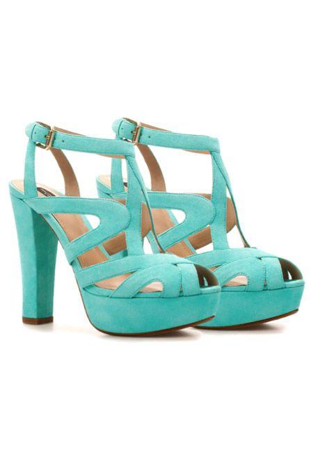 Los 20 zapatos que debes tener: Esta opción accesible y a la moda será la ideal para tus looks de mezcla de colores durante el día.  Zara