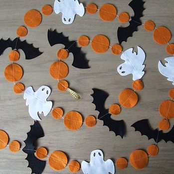 Halloween Felt Garland. NO LINK, but pretty basic. buy felt, cut into shapes.. put on string. lol