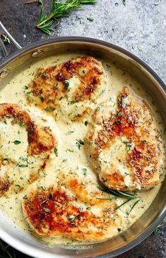 Fűszeres csirkemell krémes és pikáns szósszal. Percek alatt befalja a család!