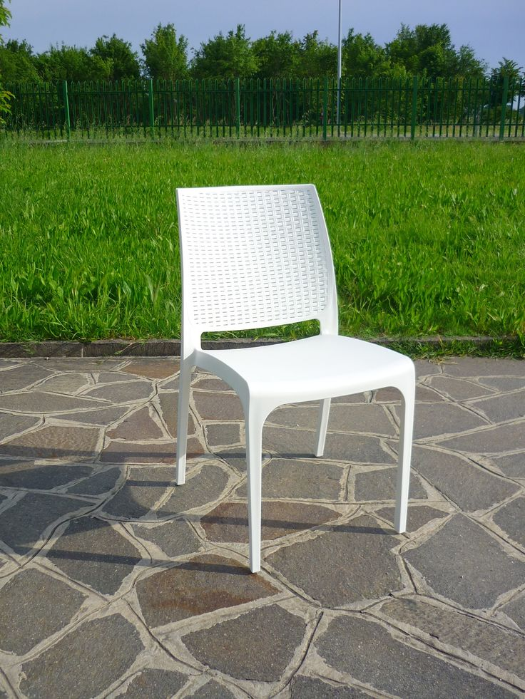 La sedia Cross, proposta in 3 varianti colore, si distingue per lo schienale con lavorazione intrecciata tipo rattan, molto elegante, robusta e comoda.