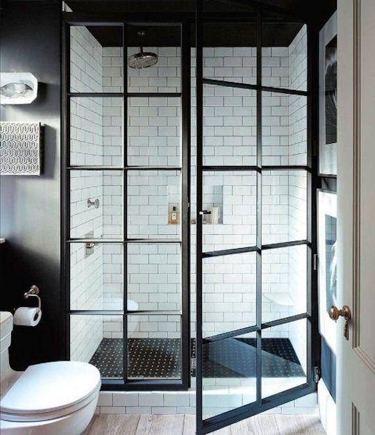Индивидуально изготовленные душевые двери со стальной рамой напоминающие винтажное окно.