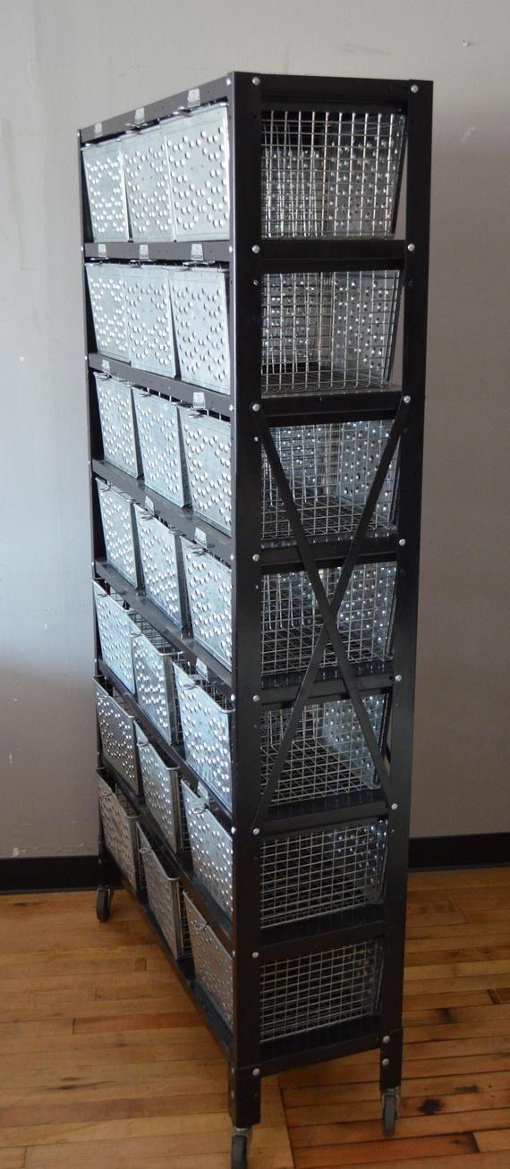 FALL SALE Aufbewahrungseinheit mit 21 Swim Locker-Drahtkörben auf einem Stahlgestell mit Rädern. Zwei verfügbar. Schiffe fr – Products