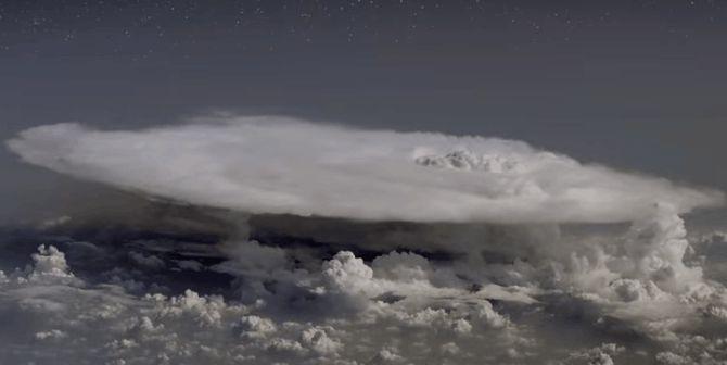 Un avión se adentra por error en una tormenta y detecta antimateria