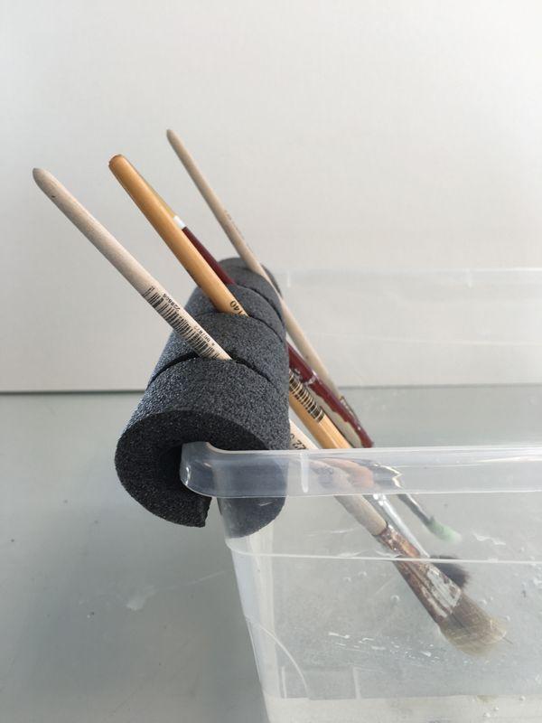 Snijd een isolatiebuis of pool noodle op maat van een bakje en zorg voor extra inkervingen. Op deze manier hou je het netjes wanneer je verf of lijm gebruikt in de klas.