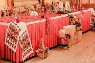 Свадьба в русском народном стиле очень колоритна. Для нее используют стилизованные акценты – хохлома, гжель, леденцы, баранки, самовар и многое другое.