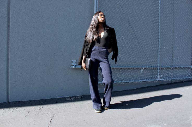 Style & Fashion | Wide leg trousers + Nike Air force one + black bodysuit + fringed jacket in a minimal, edgy outfit. By Iman, Parisian and West african blogger. | Mode | Pantalon large pattes d'eph + veste à franges + body noir + baskets. Par Iman, blogueuse Parisienne et Ouest Africaine.