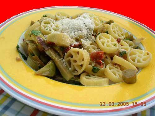 Rotelle mit Artischocken und getrockneten Tomaten http://www.ferienwohnung-sizilien-weinheim.net/rezepte_aus_sizilien/kochbuch/rotelle_artischocken_pomodorisecci.html