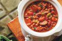 6 à 8 portions Préparation : 25 minutes Cuisson : 6 à 8 heures à la mijoteuse Ingrédients  4 boîtes (19 oz/540 ml chacune) de haricots blancs (de type navy), égouttés et rincés 1 boîte (28 oz/796 ml) de tomates entières sans sel ajouté, égouttées 2 oignons coupés en dés 1 carotte coupée en dés 1 branche de céleri coupée en dés 4 gousses d'ail hachées finement 2 feuilles de laurier 2 brins de thym frais 2 brins de persil frais 1/4 c.