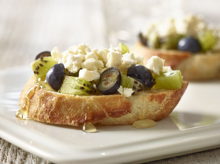 Bruscetta with kiwi, blueberries and feta