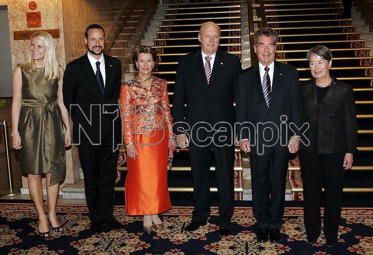 OSLO 20070418: Kronprinsesse Mette-Marit, kronprins Haakon, dronning Sonja, kong Harald, president Heinz Fischer og Margit Fischer ankommer Grand Hotel til returmiddagen onsdag kveld . Foto: Lise Åserud / SCANPIX .