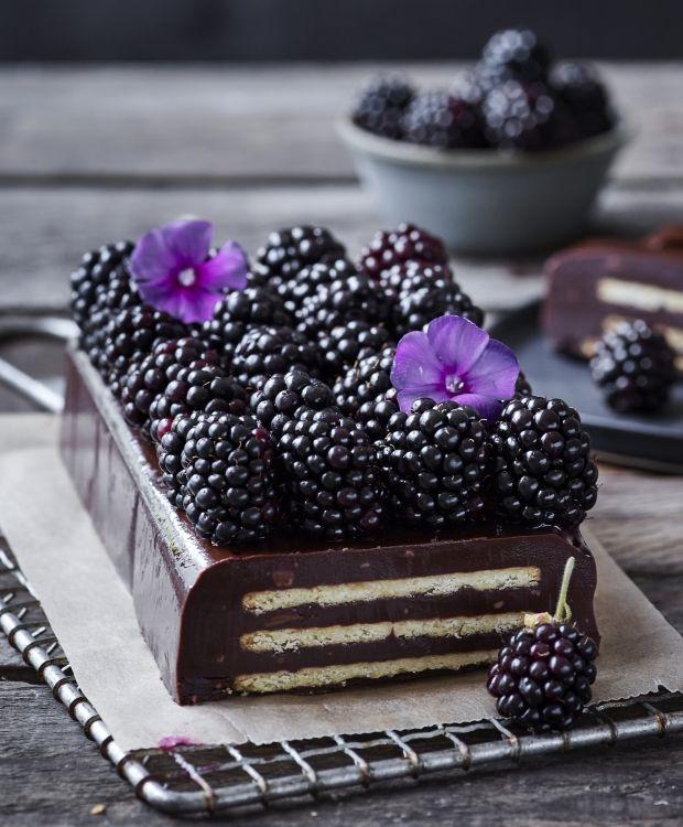 En gang imellem kræver en kage bare en god krumme. Derfor serverer vi her den bedste knasende kiksekage for dig med masser af chokoladeforkælelse!