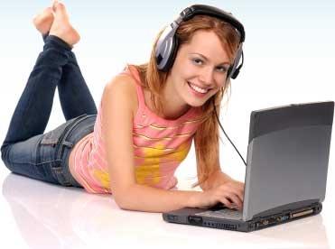 Za pomocą portalu Interkursy.pl można uczyć się bez wychodzenia z domu, tak jak pani na zdjęciu.