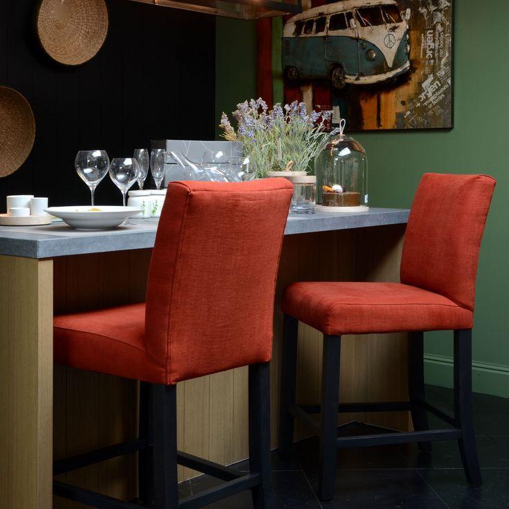 Deze prachtige rode counterstoelen zijn ware eyecatchers voor het interieur. Benieuwd naar meer?