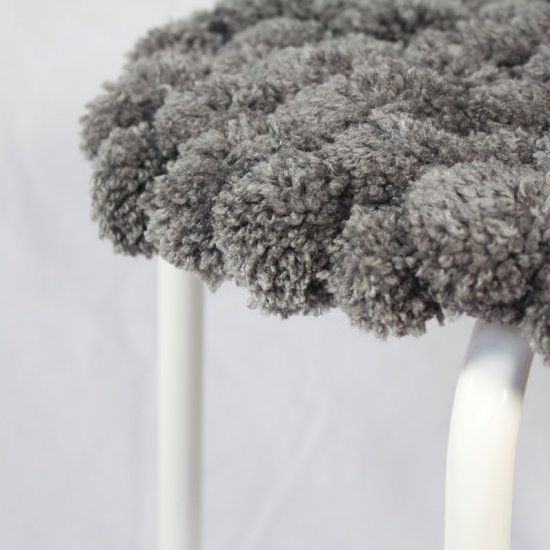 Grab a chair or stool and decorate it with a lot of pompoms. (Dutch video, with subtitles)