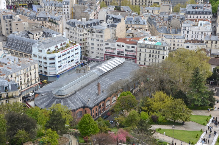 The marché Saint Pierre is located in Montmartre. You will be able to find all type of fabric there!