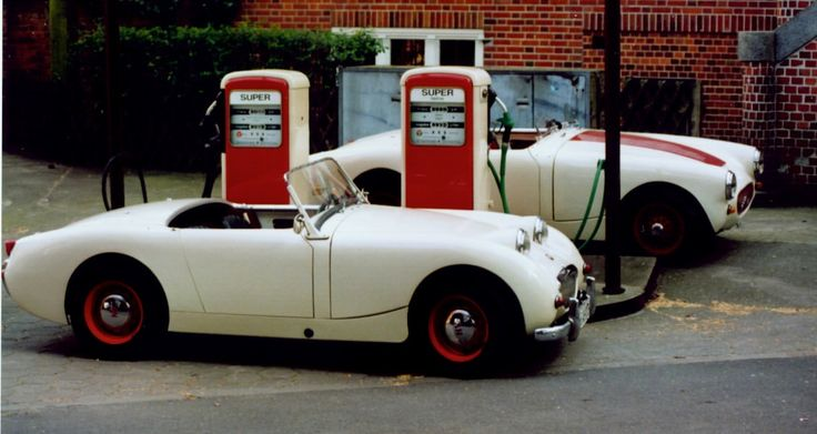 "AH frogs, AN5L 1035 (disc wheel) & AN5L 31290 with ""Schweizer Haube"" in Hamburg - Altona backyard at DEA fuel pump"