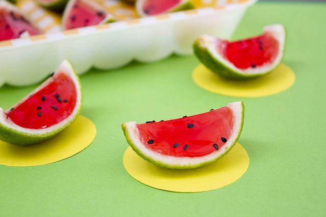 Chupitos de gelatina de sandía (watermelon jello shots)
