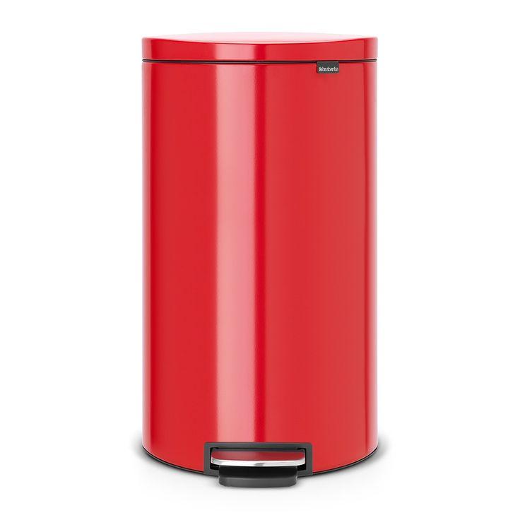 Červený odpadkový koš Brabantia FlatBack se systémem Motion Control. Objem 30 litrů. Špičková kvalita zpracování.