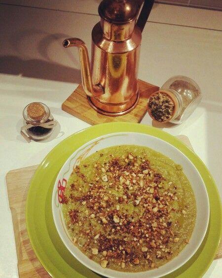 Dall'orto alla tavola: valutata di fagiolini, patate e piselli con granella di mandorle, pistacchi e pane tostato