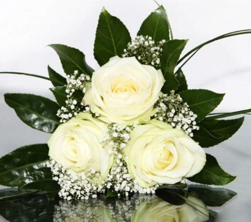 This posy of 3 roses is small way to let someone know you're always there. #creativeflowers #whiteroses