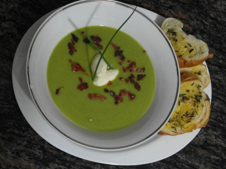 Crema de Habas Verdes con crocantes de Panceta y queso crema