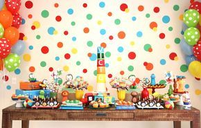 Lindo esse painel de fundo com bolas de tamanhos e cores diferentes. Uma festa super infantil, sem tema definido para menino. Fabiana Moura - Projetos Personalizados